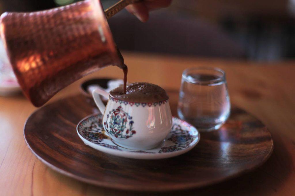 Arabská džezva a hrnek kávy