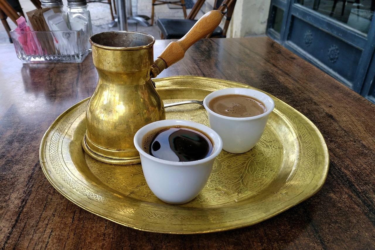 Káva s džezvou na tržnici v Turecku