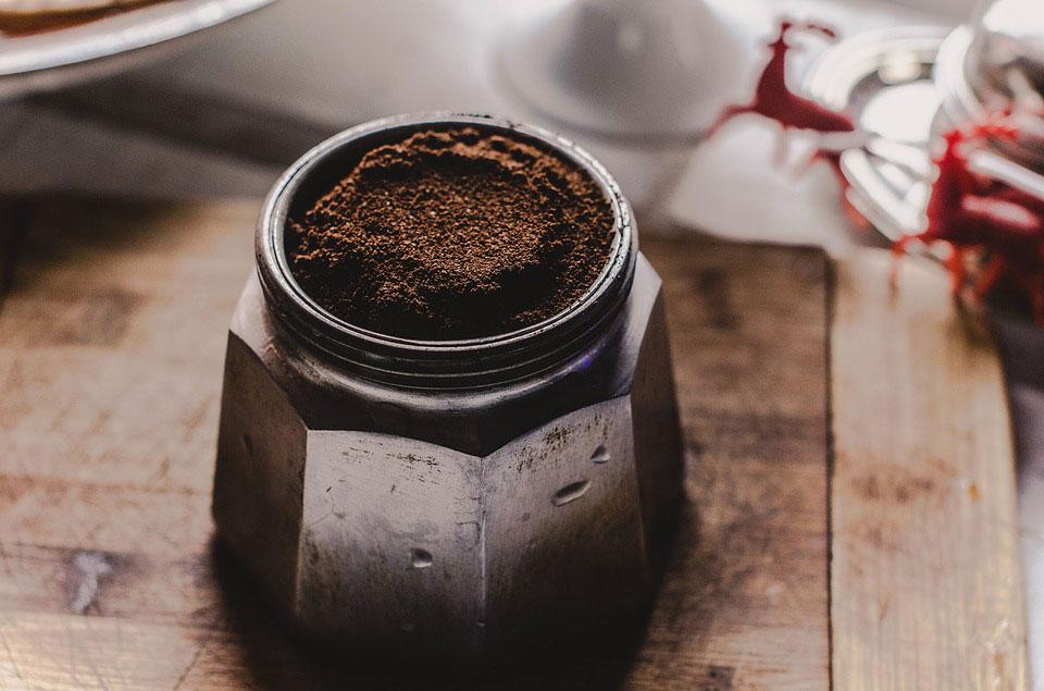 Čerstvě namletá káva nádherně voní