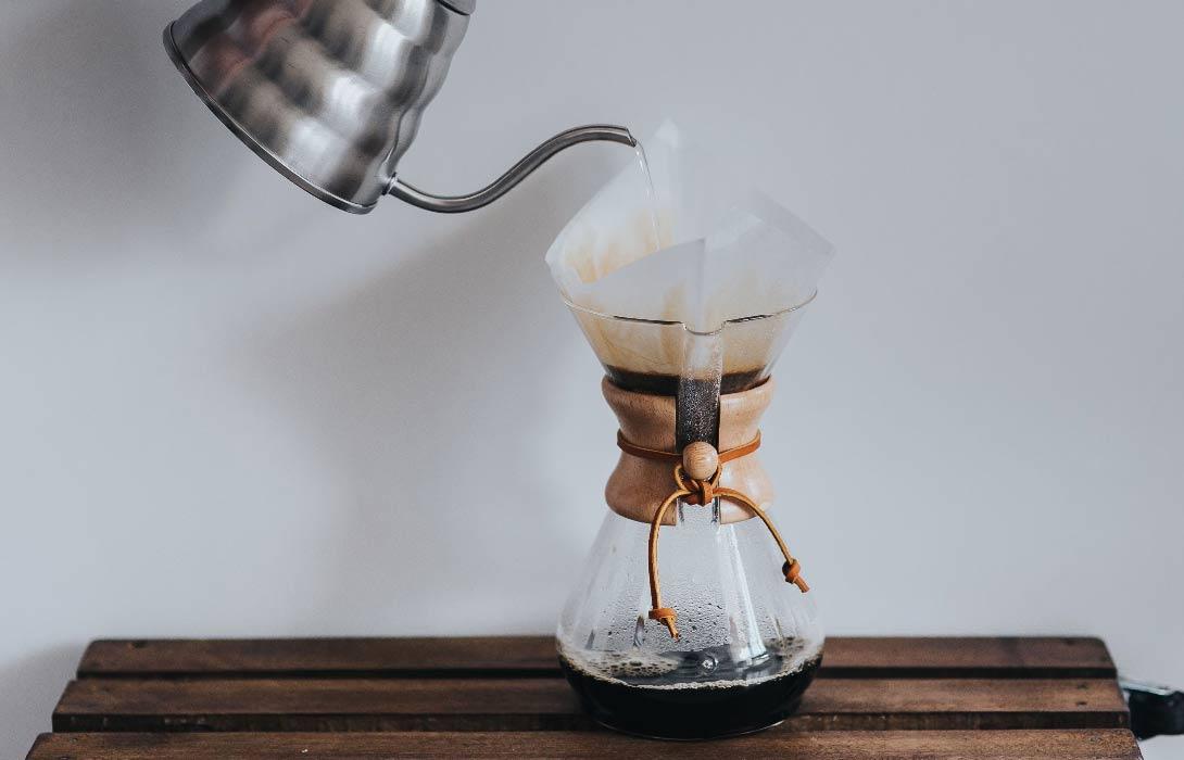 Příprava kávy v Chemexu